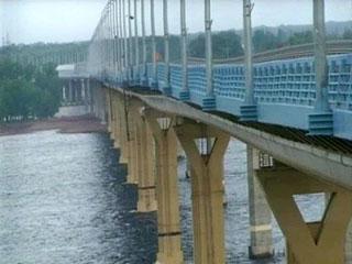 Бетонные волны на мосту через Волгу напомнили кадры фильма-катастрофы
