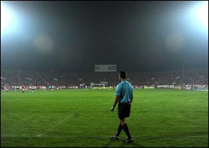 Эксперимент с пятью арбитрами продолжится в Лиге Чемпионов и отборочных матчах Евро-2012