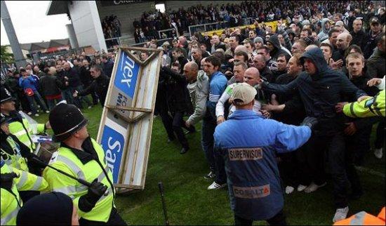 """На английских стадионах начинает литься кровь - фанаты """"Гримсби Таун"""" в ярости после вылета клуба из Лиги Два"""