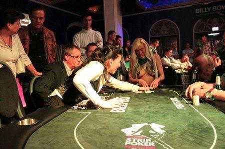 В Германии проходит чемпионат по покеру на раздевание