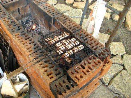 Рулетики из фиников и свинины, жаренные на углях