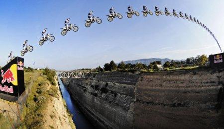 Австралиец Робби Мэддисон совершил прыжок через Коринфский канал