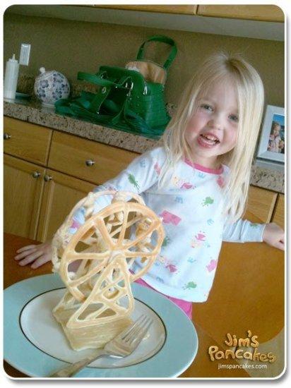 Папаша печет блины для дочери