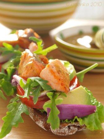 Теплый бутерброд с лососем и горчичным соусом