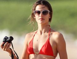 Alessandra Ambrosio в красном бикини