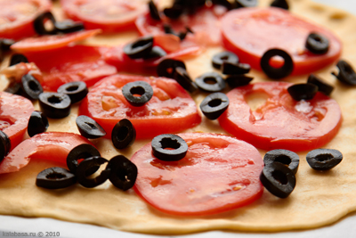 Пирог с томатами и салатом
