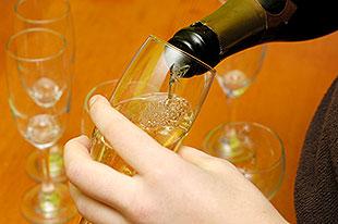 Шампанское нужно наливать по стенке