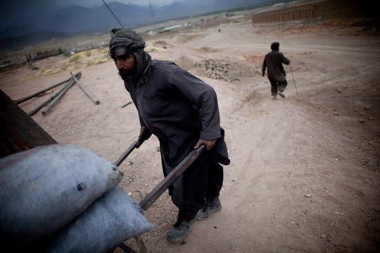 Дети на афганском кирпичном заводе