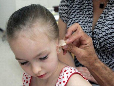 Девочка и ухо