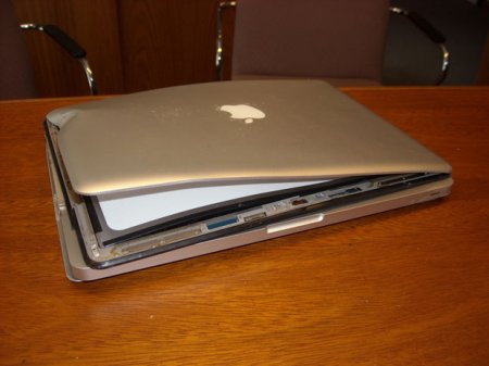 MacBook Pro выпал у мотоциклиста на скорости 300 км/ч... но все еще работает