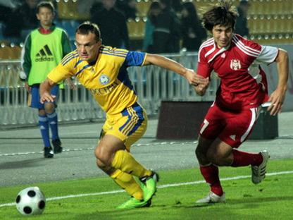 """Футболист """"Нафтана"""" показал болельщикам """"БАТЭ"""" голый зад"""