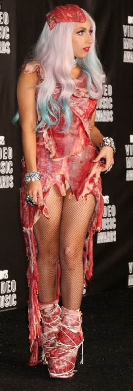 А ей все пофиг - у нее платье из мяса