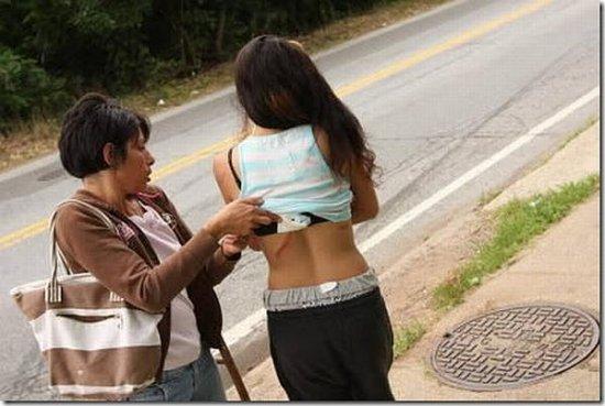 Девушка упала в канализационный люк, отвлекшись на SMS