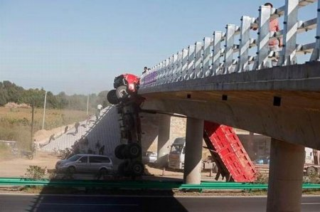 Поднял кузов под мостом
