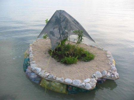 Самодельный остров из бутылок