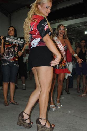 девушка танцует в мини юбке интим знакомства для