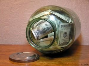 «Доллары разбирают в течение одного-двух часов. Почему? Возможно, панические настроения…»