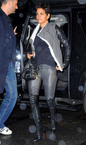 Холли Берри в кожаных штанишках