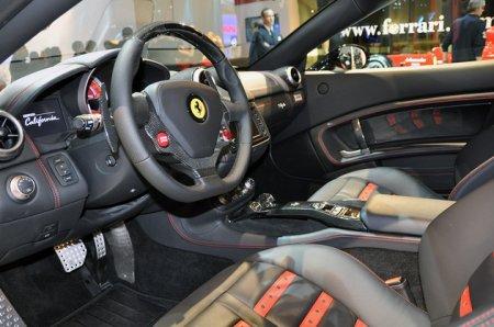 Ferrari California со странностями отметилась в Париже