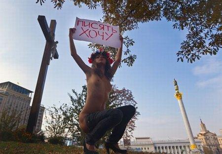 FEMEN в поисках общественного туалета