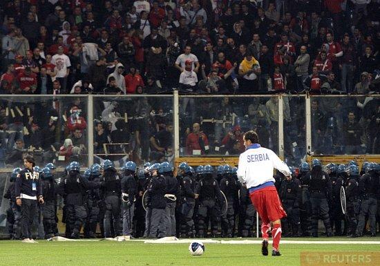 Сербские фанаты сорвали матч Италия – Сербия
