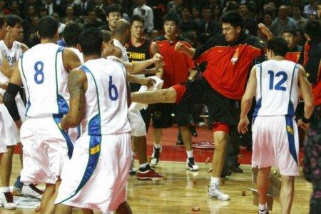 Драка во время матча между сборными Китая и Бразилии