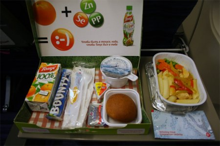 Выяснили секрет отсутствия вкуса у еды в самолете
