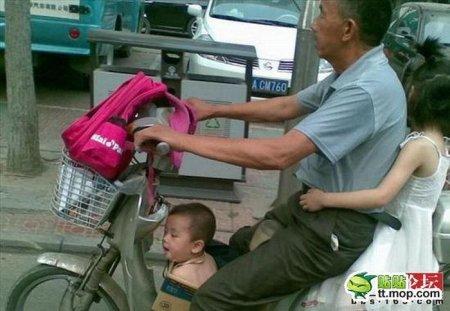 Родитель везет ребенка в школу