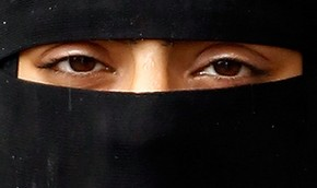 Ислам: Женщины с развратным взором должны покрывать и глаза