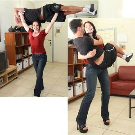 Женщины поднимают мужчин видео