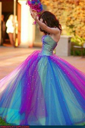 ...странные свадебные платья - с километровой фатой...