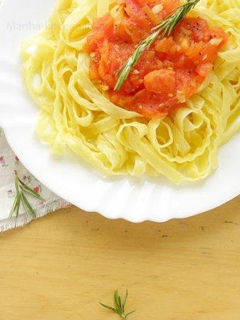 Паста с томатным соусом и розмарином