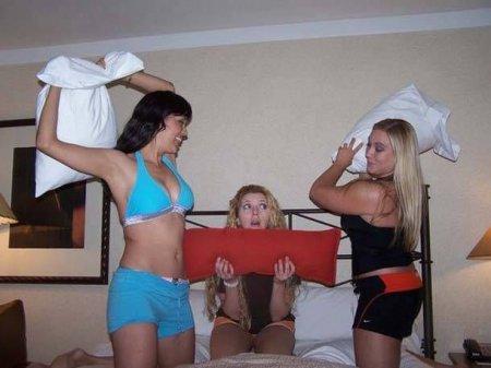 Девушки и бои подушками