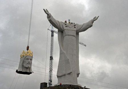 Огромный Христос их Польши