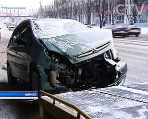 Из-за снежной каши машина разбилась, едва отъехав от светофора