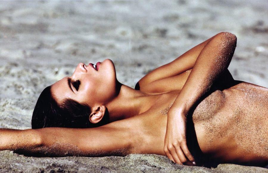 Обнаженная модель красиво позирует на песочке  163039