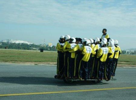 Индийские военные посадили на один мотоцикл 54 человека