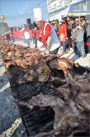 Поджарил одновременно 136 коз