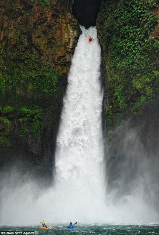 Экстремал прыгнул с водопада на байдарке