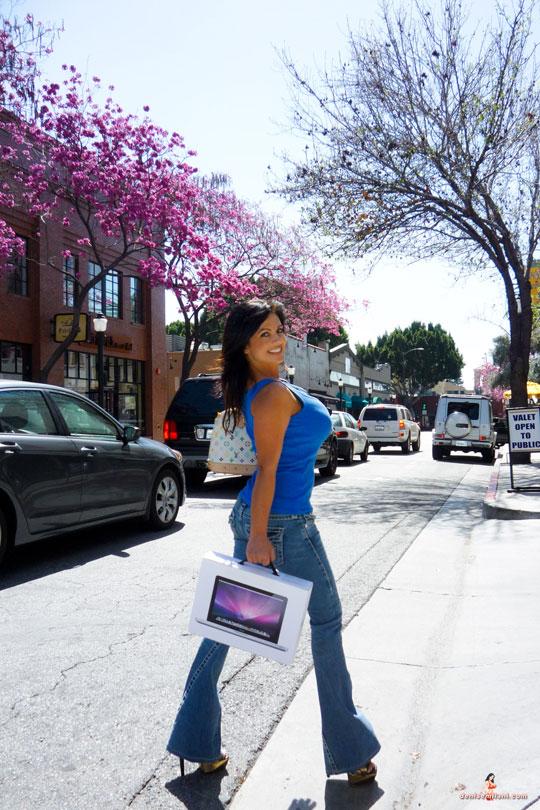 Denise Milani и её MacBook