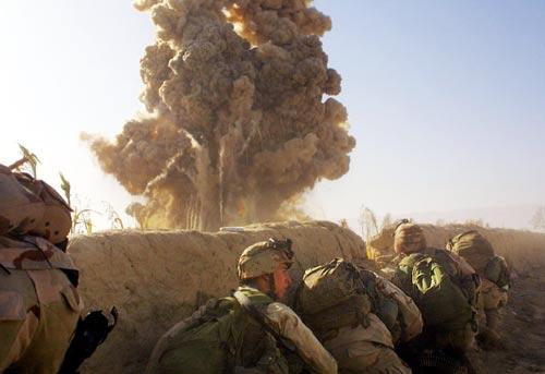Взрыв бомбы jdam наведенной морпехами в