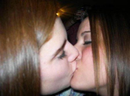 Девушки целуются - 1