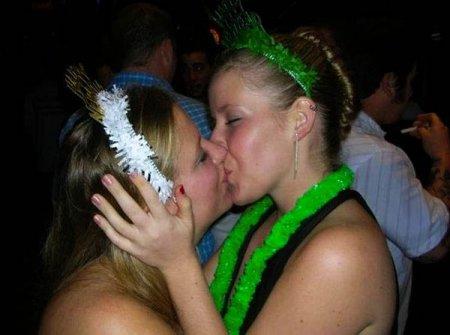 Девушки целуются - 2
