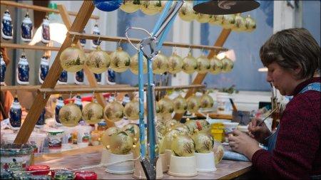 Фоторепортаж: как делаются елочные игрушки