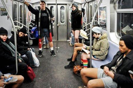 Флешмоб - в метро без штанов