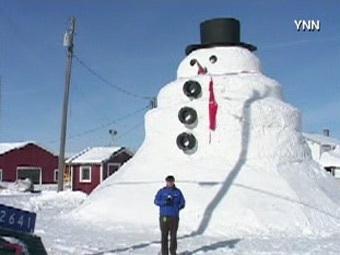 Американец слепил десятиметрового снеговика