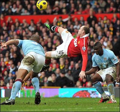 """Фантастический по красоте гол Уэйна Руни приносит """"Красным Дьяволам"""" победу в дерби Манчестера !"""