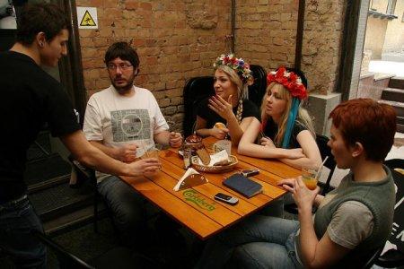 Активистки FEMEN встретились с Артемием Лебедевым