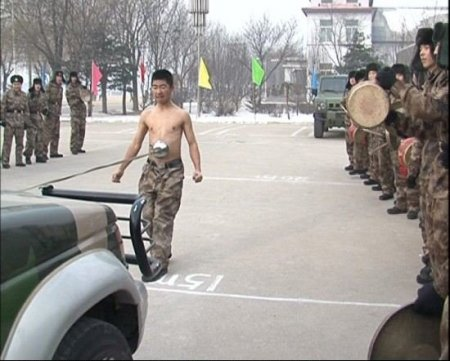 Крепкий живот китайского парня