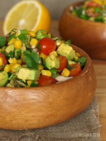 Теплый салат из кукурузы и авокадо
